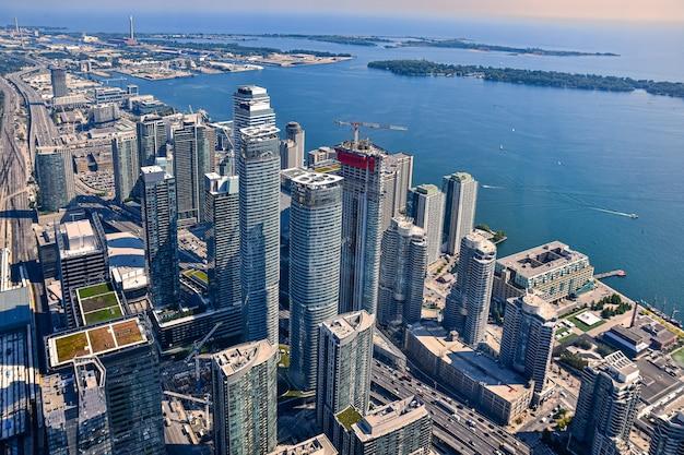 Снимок небоскребов и зданий под высоким углом в торонто, канада. Бесплатные Фотографии