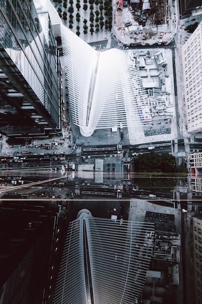 Высокий угол выстрела небоскребов и улиц нью-йорка Бесплатные Фотографии