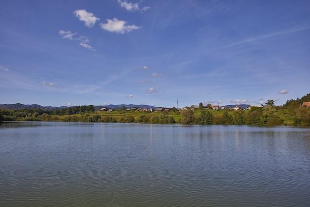 スロベニア、サビンジャ地方、ツェリェ市、smartinsko湖のハイアングルショット 無料写真