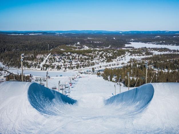 Снимок спуска на сноуборде в горах под высоким углом Бесплатные Фотографии