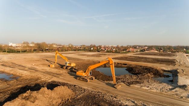 建築現場の2つの掘削機のハイアングルショット 無料写真