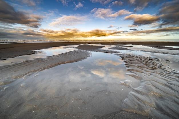 青い空と海岸に水たまりのハイアングルショット 無料写真