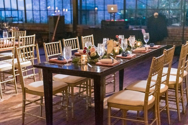 High angle shot of a table with an elegant setting in the restaurant hall in the evening Free Photo