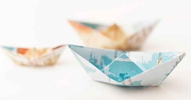 Piccole barche di carta sfocate ad alto angolo Foto Gratuite