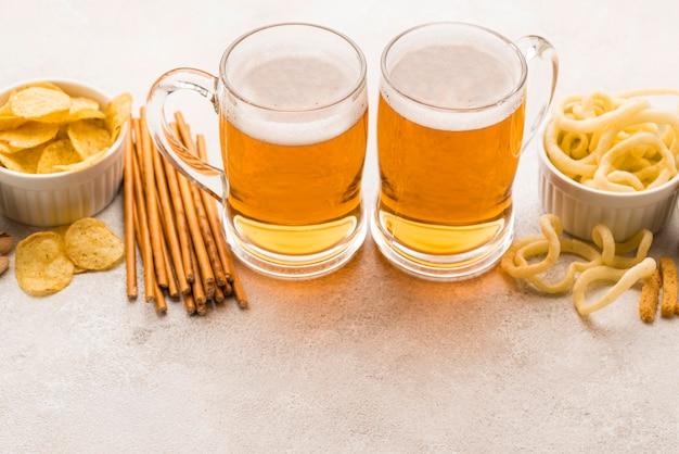 ハイアングルスナックとビールのアレンジメント 無料写真