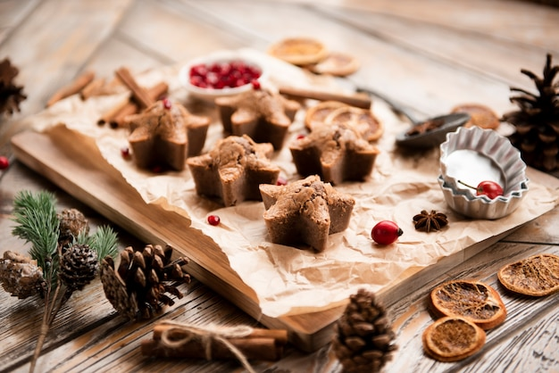 High angle of star-shaped cookies with pine cones Free Photo