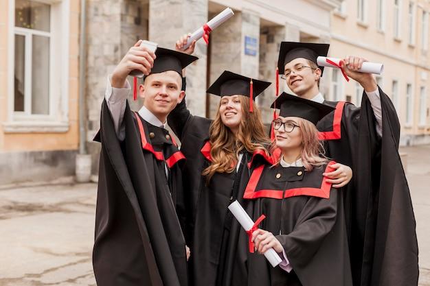 Высокий угол студентов, принимающих селфи Бесплатные Фотографии