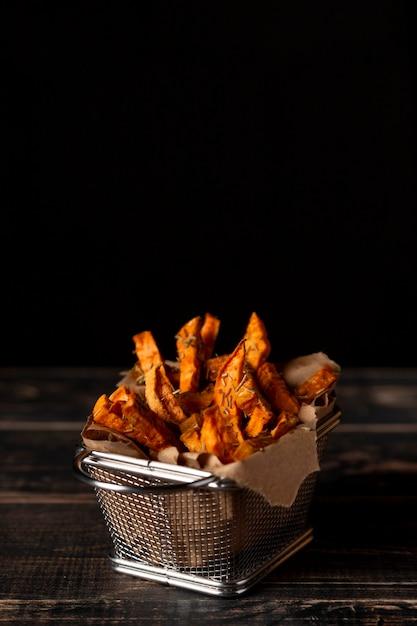 Patatine fritte di patate dolci ad alto angolo con copia-spazio Foto Gratuite