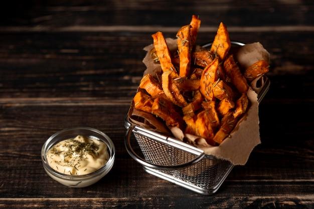 Patate fritte ad alto angolo con salsa Foto Gratuite