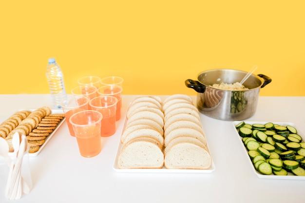 Alto angolo della tavola con alimento per il giorno dell'alimento Foto Gratuite