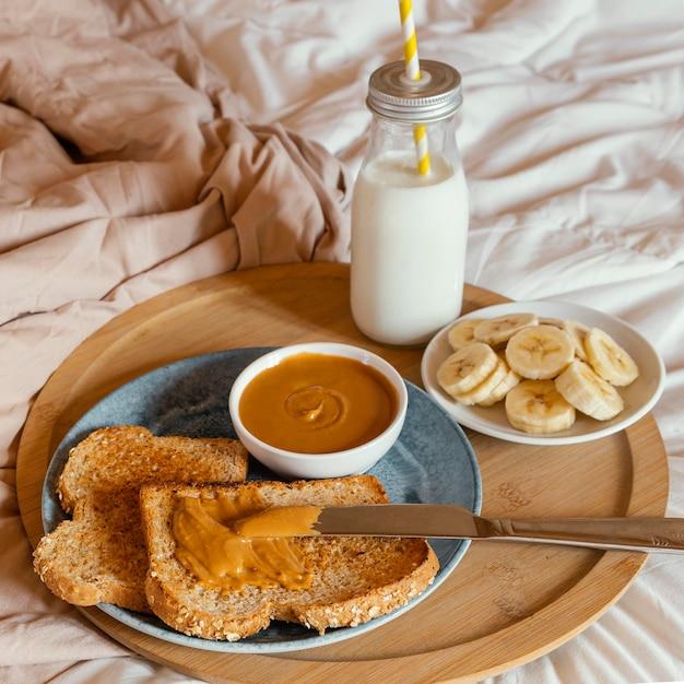 ベッドでのハイアングルのおいしい朝食 無料写真