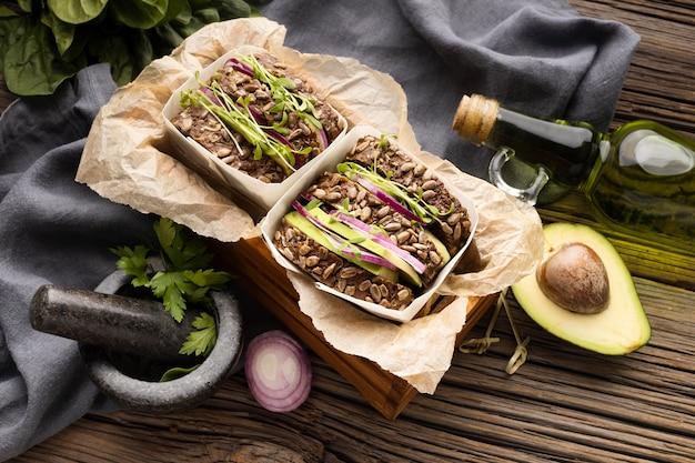 Alto angolo di due panini con insalata e avocado Foto Gratuite