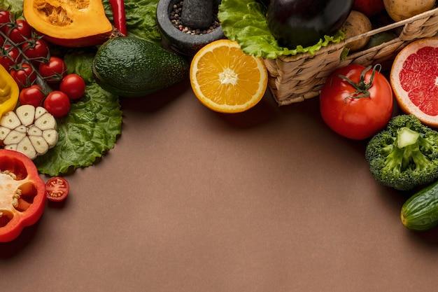 Alto angolo di verdure con copia spazio Foto Gratuite