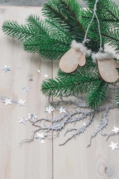 Alto angolo verticale di ornamenti in legno e decorazioni natalizie sul tavolo Foto Gratuite