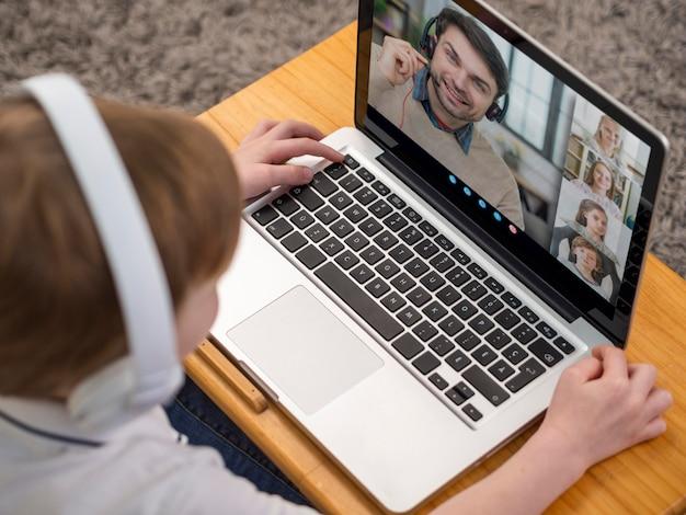 Видеозвонок под высоким углом на ноутбуке Бесплатные Фотографии