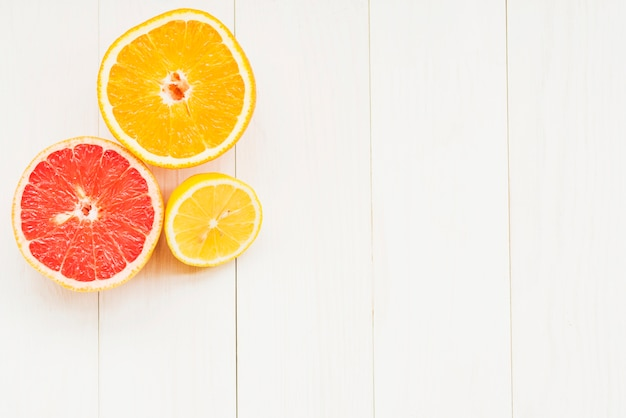 High angle view of halved citrus fruits on wooden background Free Photo
