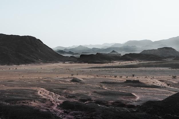 Veduta dall'alto del magnifico deserto circondato da colline e montagne Foto Gratuite