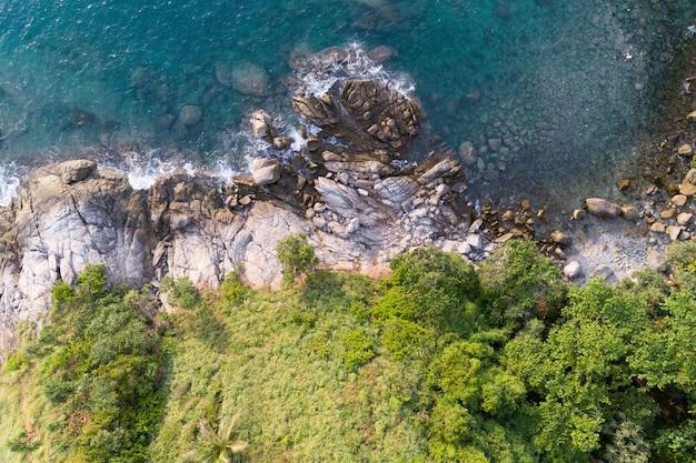 プーケットタイ空中に位置する海岸と高山に波が打ち寄せる熱帯の海の高角度ビュー Premium写真