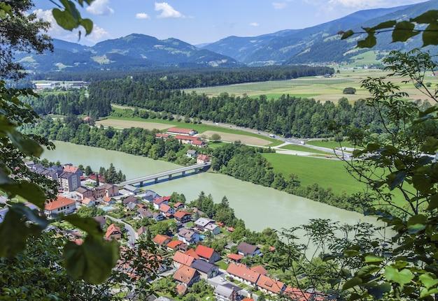 Veduta dall'alto della città di vuzenica in slovenia durante il giorno Foto Gratuite