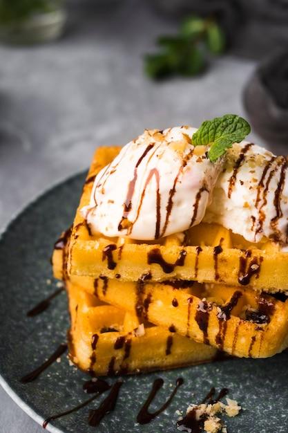 Высокий угол вафли с мороженым на тарелке Бесплатные Фотографии