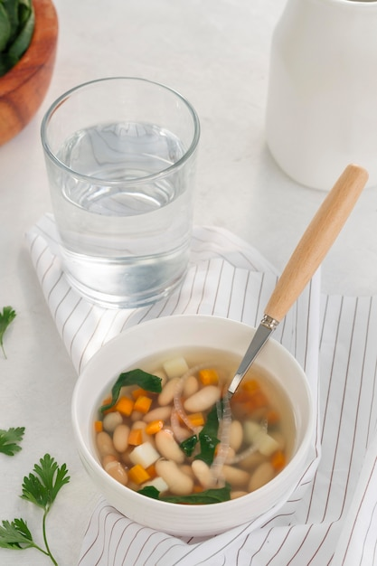 ハイアングル白豆のスープと水 無料写真