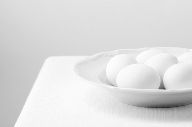 Белые куриные яйца под высоким углом на тарелке Бесплатные Фотографии
