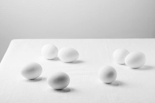 Белые куриные яйца под высоким углом на скатерти Бесплатные Фотографии