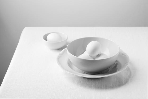 Белые яйца под высоким углом в миске Premium Фотографии