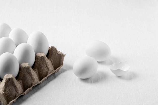 Белые яйца под высоким углом в картонной коробке Бесплатные Фотографии