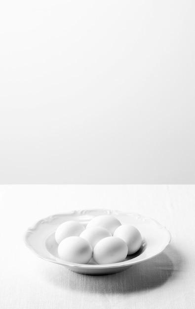 Белые яйца под высоким углом на тарелке с копией пространства Бесплатные Фотографии