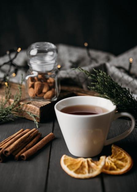 Bevanda invernale ad alto angolo in tazza con bastoncini di cannella Foto Gratuite