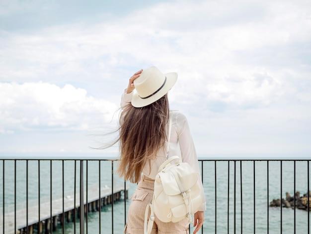 海辺でハイアングルの女性 無料写真