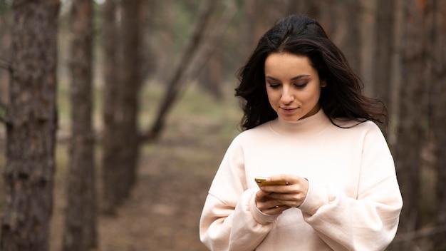 携帯電話をチェックするハイアングルの女性 無料写真