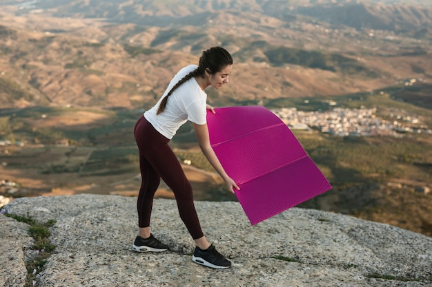 Высокий угол женщина готовится к йоге Бесплатные Фотографии