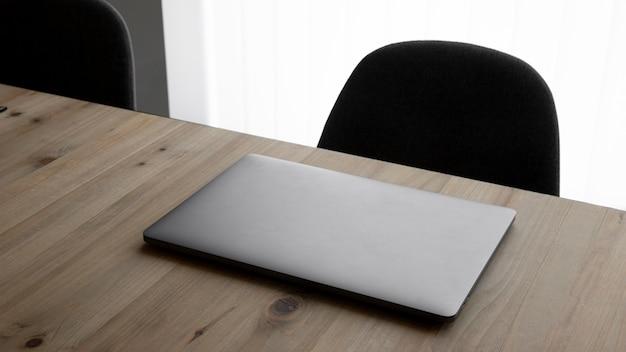 노트북과 의자가있는 높은 각도의 작업 공간 무료 사진