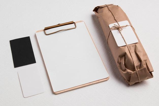 空白のメモ帳とラベルが付いた高角度の包まれたバゲット 無料写真