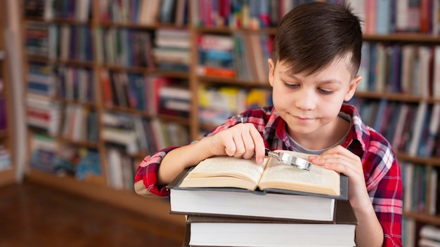高角度の若い男の子の読書 無料写真