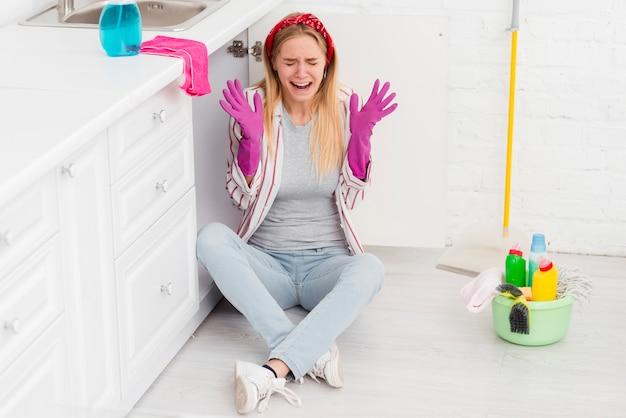 Высокий угол очистки молодая женщина Бесплатные Фотографии