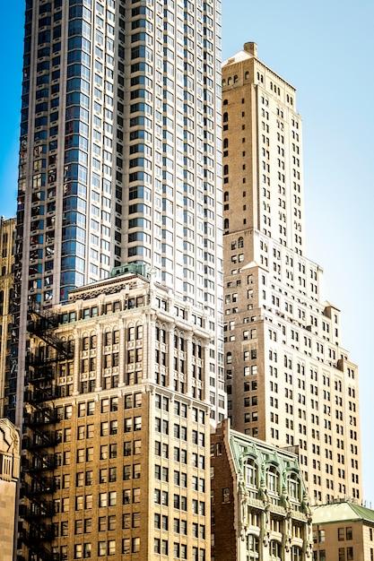 アメリカ、ニューヨークの高層でモダンな老朽化した建物 Premium写真