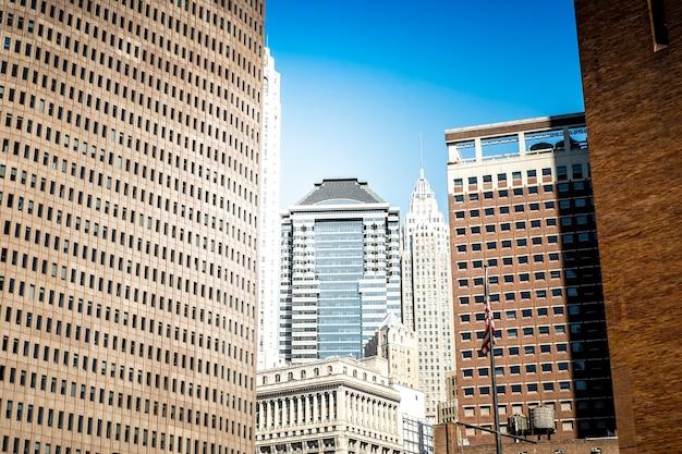 Высокие, современные и старые здания в нью-йорке, сша Premium Фотографии