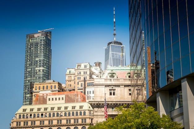 アメリカ、ニューヨークの高層でモダンな老朽化した建物 無料写真