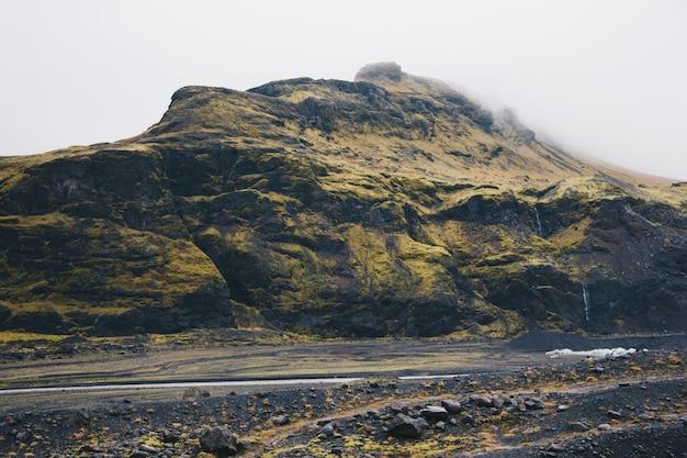 Высокие горы и холмы в сельской местности Бесплатные Фотографии