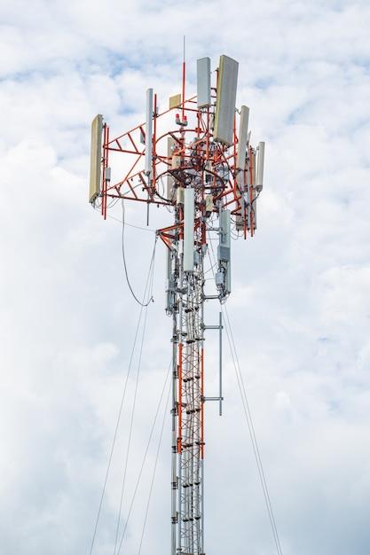 Высокополюсная и линейная кабельная телекоммуникационная передача для сигнала 5g 4g и интернет в зоне. Premium Фотографии