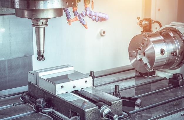 Высокоточный обрабатывающий центр с чпу, оператор обрабатывает процесс обработки деталей автомобильного образца на промышленном заводе Premium Фотографии