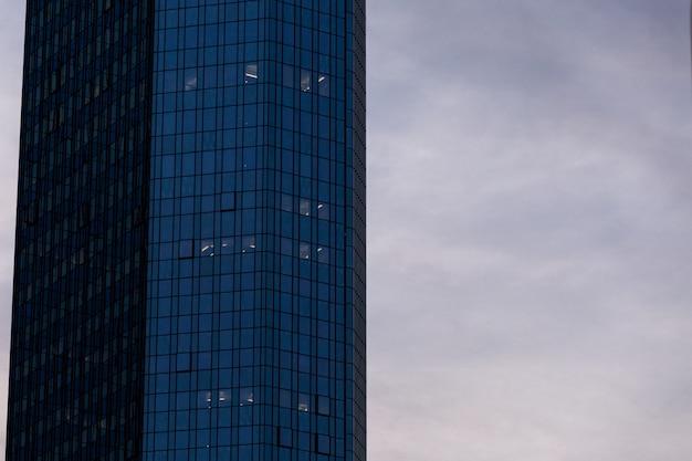 ドイツ、フランクフルトの曇り空の下でガラスのファサードの高層超高層ビル 無料写真