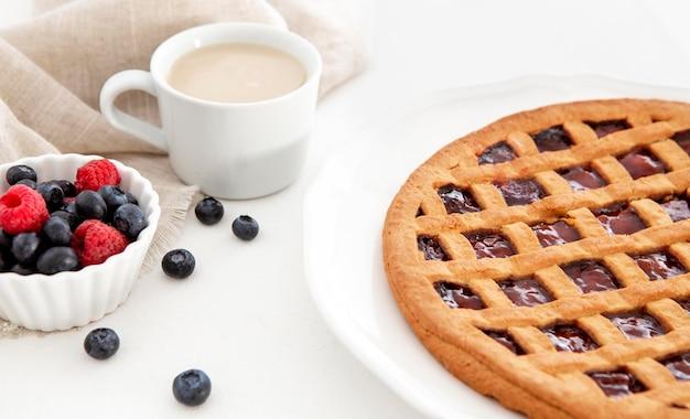 Высокий вид запеченный пирог и лесные фрукты Бесплатные Фотографии