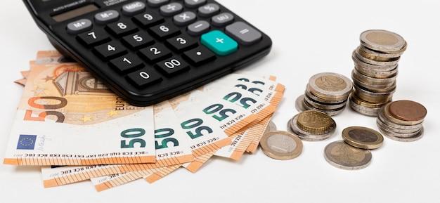 Высокий просмотр банкнот и монет с калькулятором Premium Фотографии