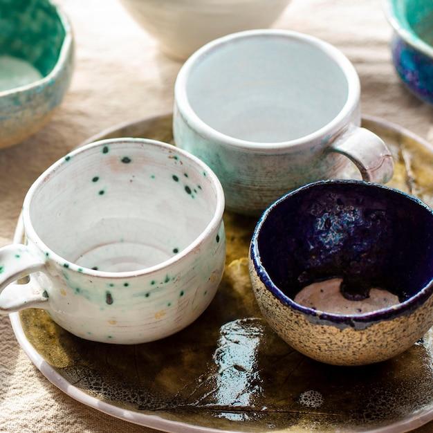 Alta vista ciotole e tazze in ceramica concetto Foto Gratuite