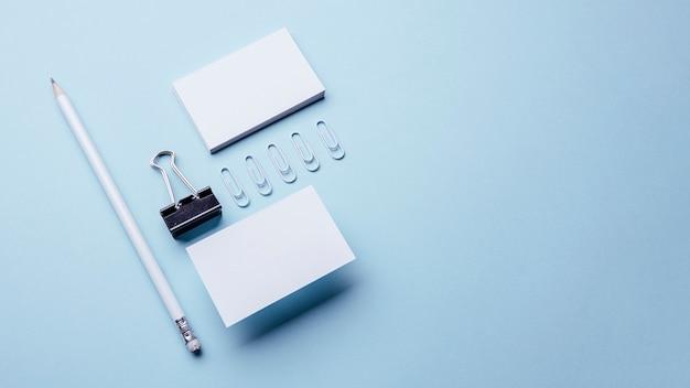 Высокий вид пустых белых визиток Premium Фотографии