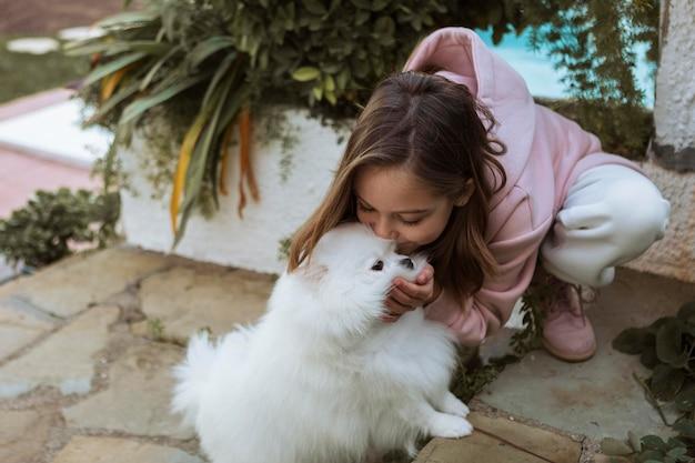 Девушка высокого взгляда, целуя ее собаку Бесплатные Фотографии